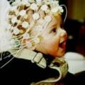 bébé avec filet sur la tête