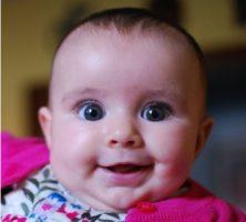 Beau regard d'un bébé de quelques mois